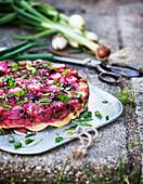 Gemüsekuchen mit Lauchzwiebel und rote Bete