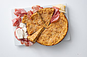 Pikanter Kuchen mit Salami und Mozzarella