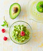 Sweet Avocado-Limetten-Creme mit Himbeeren