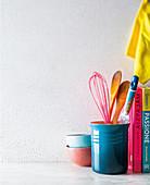 Verschiedene Küchenutensilien und Bücher