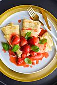 Pfannkuchen mit Erdbeeren und Basilikum