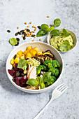 Kartoffel-Broccoli-Bowl mit Hähnchenbrust und Pesto