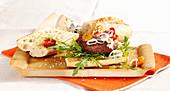 Cheeseburger französische Art mit Roquefort, gebratenem Gemüse, und Feigensenf