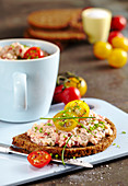 Wholemeal bread with ham cream made from ricotta, tomatoes and Black Forest ham