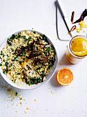 Couscous mit gebratenen Okra, Datteln und eingelegten Zitronen