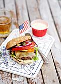 Burger mit amerikanischer Flagge
