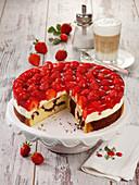 Marmorkuchen mit Joghurtcreme und Erdbeeren