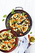 Schnelle Zucchini-Ricotta-Pizza mit knusprigem Grünkohl