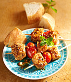 Spicy Moorish pork skewers with white bread