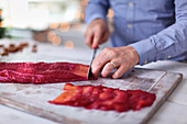 Rote-Bete-Lachs filetieren