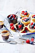 Schokoladenpudding-Törtchen mit Beeren