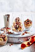 Cheesecake Cups mit Erdnussbutter, Mandelkrokant und Schokosauce