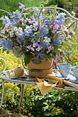 Blau - weißer Strauß aus Rittersporn, Phlox, Clematis, Glockenblumen, Ehrenpreis, Wiesenkerbel und Witwenblume
