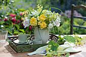 Strauß aus Rosen, Frauenmantel, Wiesenkerbel und Gras