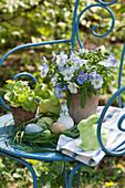 Oster - Arrangement mit Osternest aus Gräsern, Osterhasen, Hornveilchen und Salat