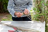 Korb für hängende Dekoration aus Weidenzweigen selbermachen