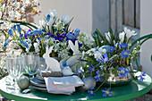 Blau-weiße Osterdeko auf dem Terrassentisch