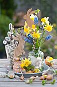 Kleines Oster-Arrangement mit Strauß aus Narzissen und Traubenhyazinthen, Osterhasen und Weidenkätzchen