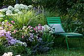 Liegestuhl am blühenden Sommerbeet