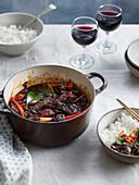 Rindfleischeintopf mit Chilischoten und Reis (China)