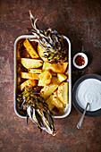 Ganze gebratene Ananas mit schwarzem Pfeffer und Rum