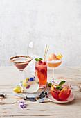 Aperol Sorbet Fizz, Jingle Juice, Schokoladen-Baileys-Martini, Holunderblüten-Gin-Soda und Peach Melba Punch