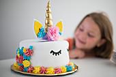 Bunt verzierte Einhorn-Torte