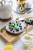 Flacher Kuchen mit Heidelbeeren, Zitronenmelisse und Sahne
