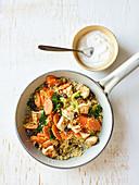 Hähnchen-Couscous-Pfanne mit Spinat und Rosinen