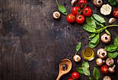 Frische Pilze, Gemüse, Kräuter, Gewürze und Olivenöl