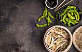 Dumplings im Bambusdämpfer mit Edamame und Sojasauce (China)