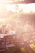 Familie beim Abendessen im Garten