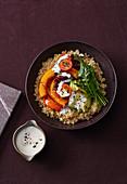 Vegane Quinoa-Bowl mit Kürbis