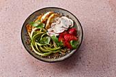 Buchweizen-Bowl mit Erdbeeren und Halloumi