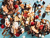 Eisdessert mit Früchten, Schokoladensauce und Cookies