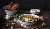 Herbstliche Kartoffel-Bohnen-Suppe serviert mit Brot
