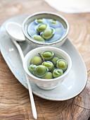 Grüne Oliven in Schälchen