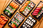 Sushi-Tableau mit Nigiri, Maki und Inside-out-Rolls