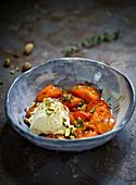 Gebackene Aprikosen mit Eiscreme und Pistazien