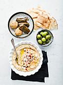 Artischoken Baba Ganoush mit Naan, Falafel und gefüllten Weinblättern