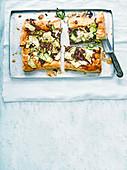 Tarte mit Zucchini und karamellisierten roten Zwiebeln