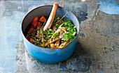 Brühe aus Gemüseresten, Knochen und Kräutern