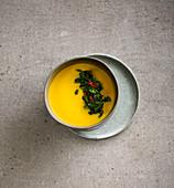 Kürbissuppe mit Chili-Spinat