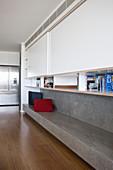 Wohnzimmerwand mit Bücherregal und Ablage aus Beton