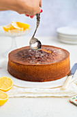 Lemon Drizzle Cake mit Sirup beträufeln