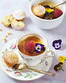 Earl-Grey-Creme-Brulee in Teetassen mit Mini-Biskuitkuchen