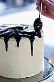 Malzschokoladenkuchen mit Schokoglasur verzieren