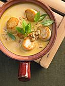 Thai-Suppe mit Jakobsmuscheln und Erdnüssen