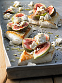 Roasted sea bass fillets with figs and goat's cheese