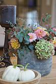 Herbstliches Gesteck mit Hortensie, Dahlien und Eukalyptus, Kürbis 'Baby Boo'
